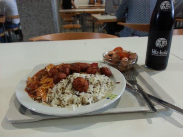 Foto von Tisch in Mensa, mit Tablet auf dem Teller und Besteck sichtbar sind