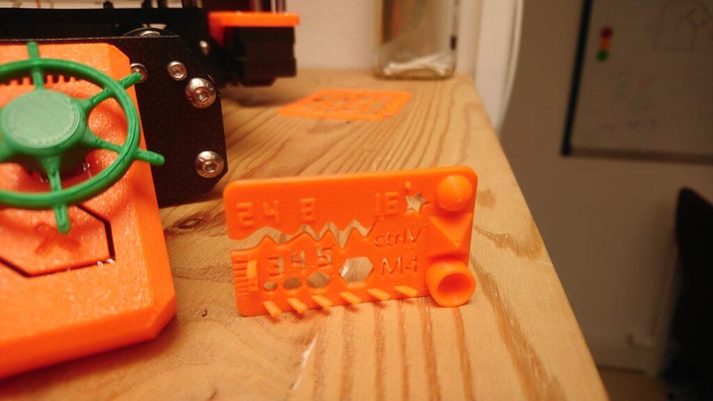 3D Benchmark mit verschiedensten Aussparungen und Anstiegen auf einer Platte, um die Möglichkeiten für den Druck ohne zusätzliches Stützmaterial zu zeigen