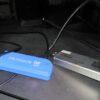 Zwei DVB-Sticks mit Antennen liegen auf schwarzem Untergrund